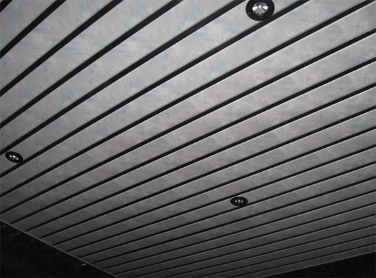 на фото реечный потолок
