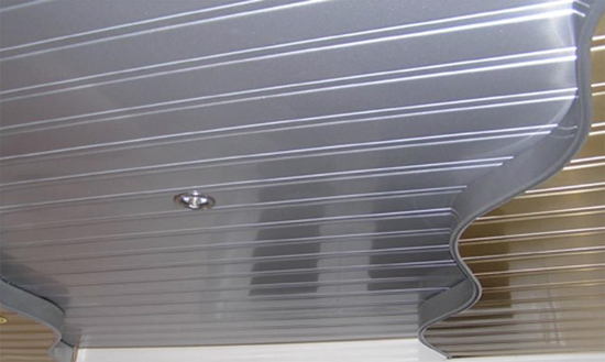 реечный подвесной потолок в ванной комнате