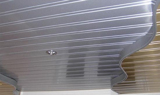 реечный навесной потолок на фото