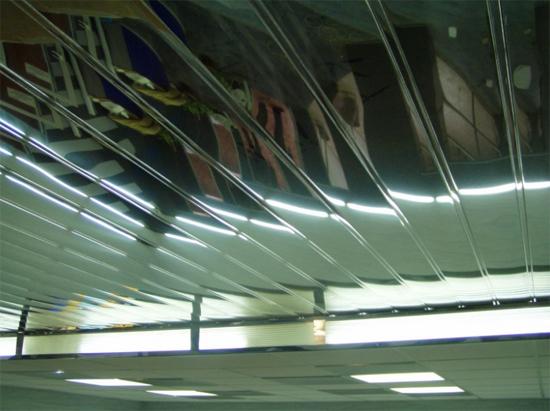 на фото реечный потолок Албес