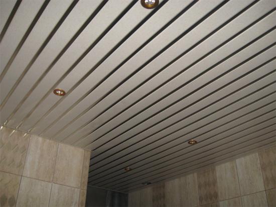 реечный потолок на фото