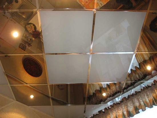 на фото зеркальная плитка на потолок
