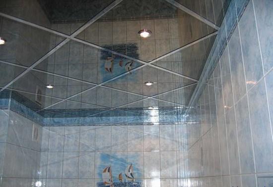 потолок из зеркальной плитки на фото