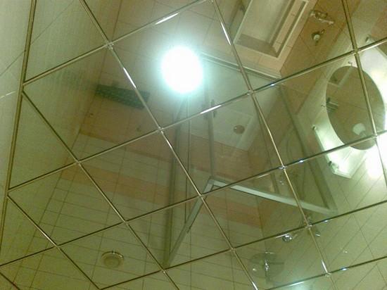 на фото потолок из зеркальной плитки