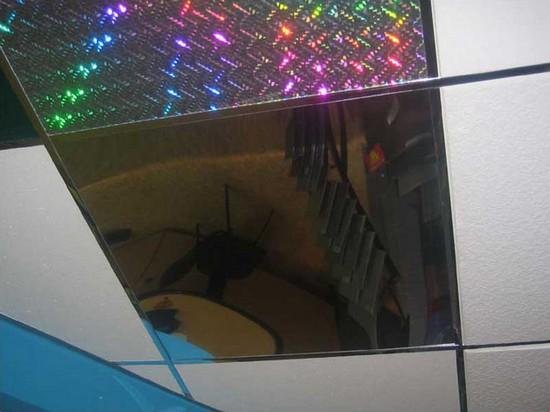 Зеркальная плитка на потолок фото