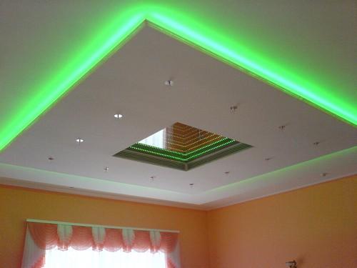 Светодиодная подсветка натяжного потолка на фото