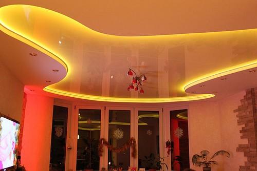 на фото Светодиодная подсветка натяжного потолка