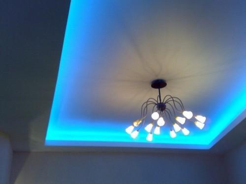 синяя подсветка потолка