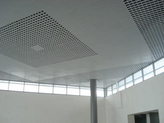 на фото подвесные потолки грильято