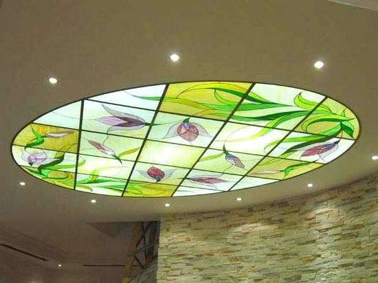 на фото подвесные витражные потолки