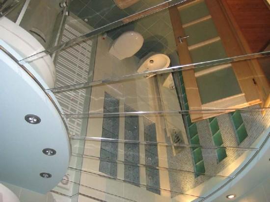 зеркальные потолки в ванной комнате