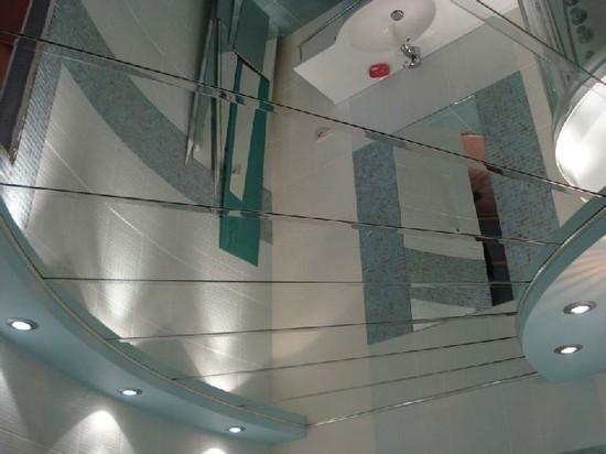 на фото зеркальные потолки в ванной комнате