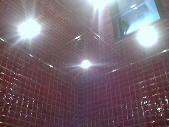 подвесные зеркальные потолки в спальне