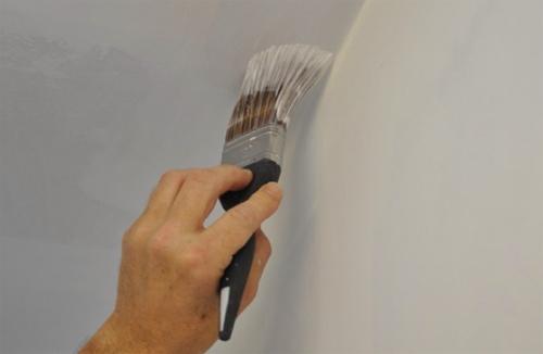 покраска потолка водоэмульсионной краской на фото