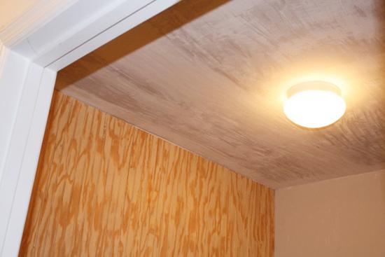 Потолок со снятой побелкой