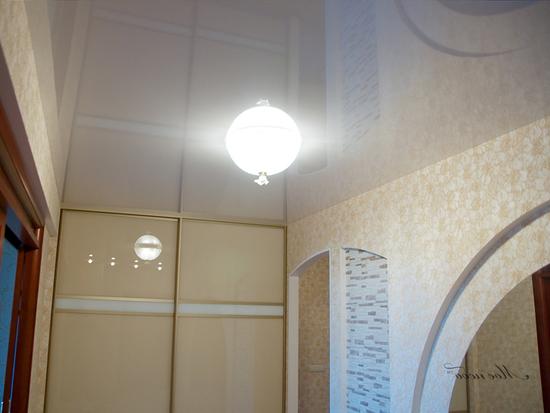 natyazhnye-potolki-v-koridore-09