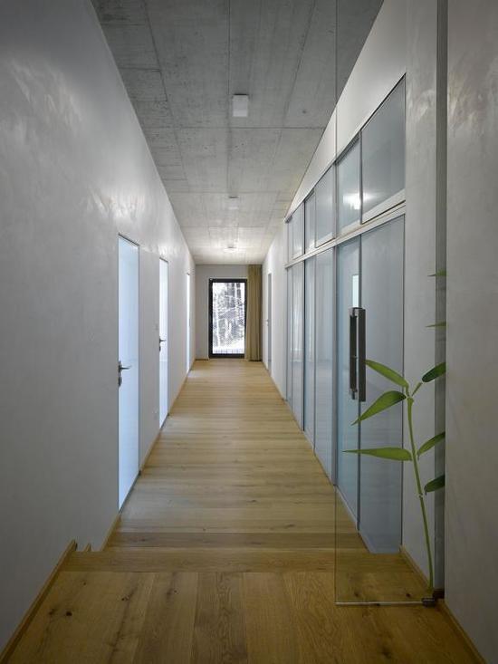 betonniy-potolok-v-interiere-02