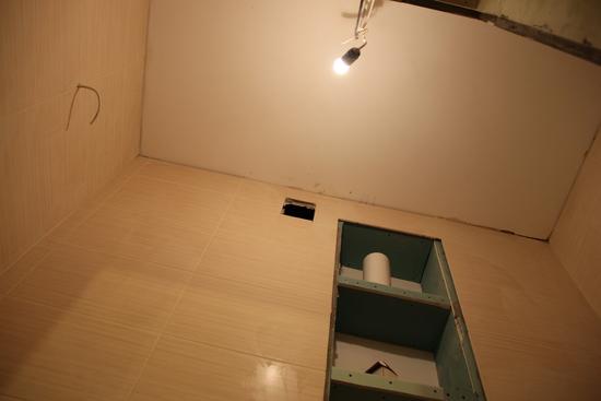 potolok-v-tualete-08