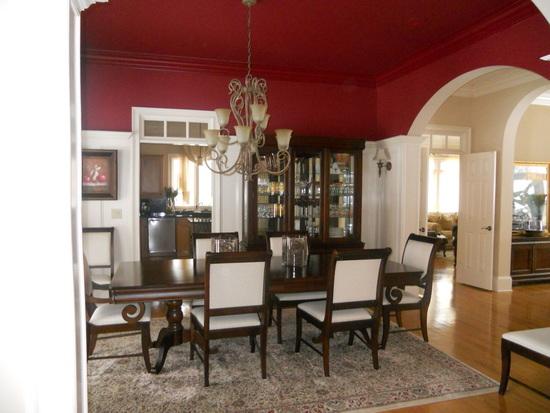 темно-красный в столовой частного дома