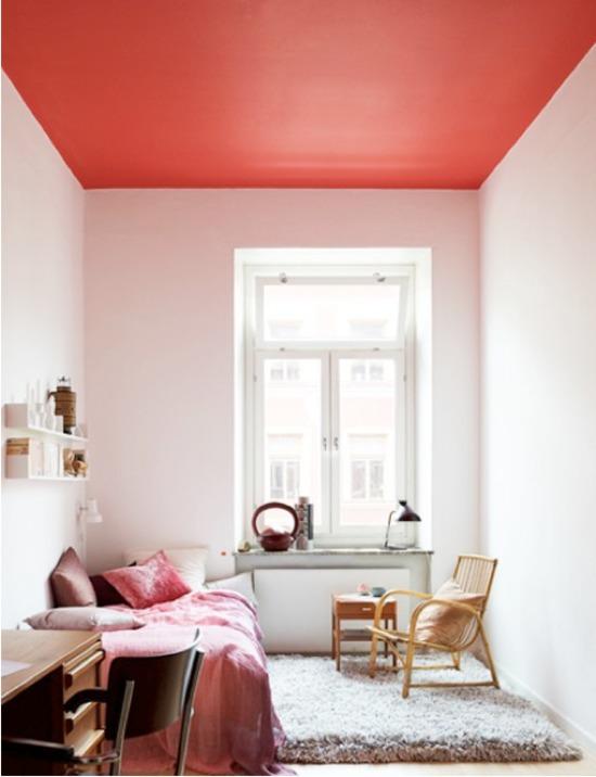 контрастный красный потолок