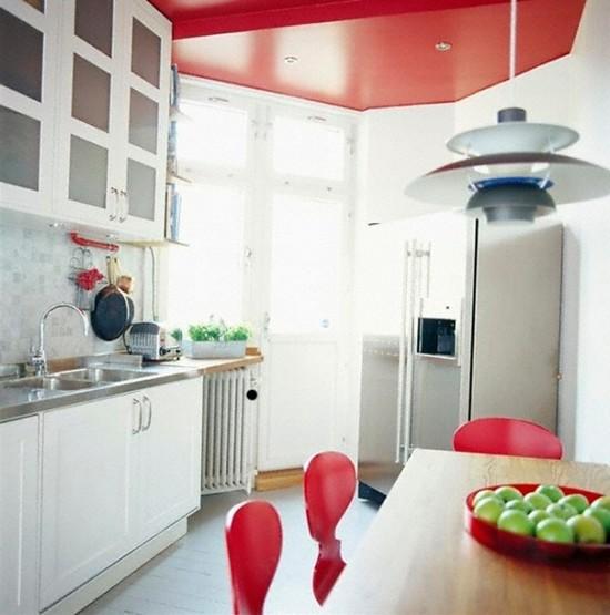 двухуровневый красный потолок в интерьере кухни