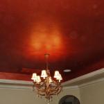 Экстравагантный красный потолок