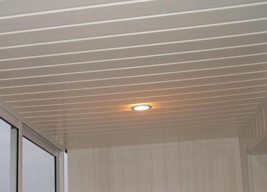 пластиковый потолок в мансарде