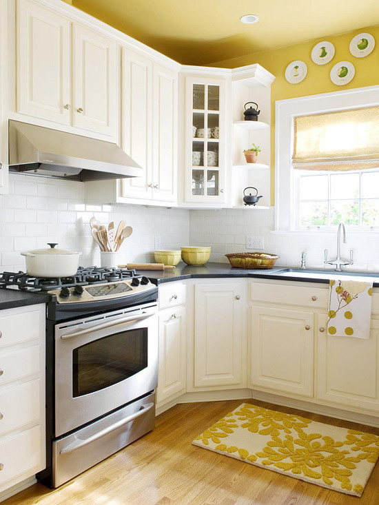 желтый потолок на кухне