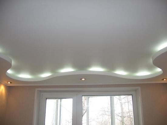 потолок в коридоре с точечными светильниками фото