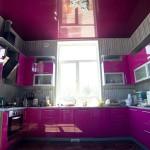 Чем хорош натяжной глянцевый потолок на кухне