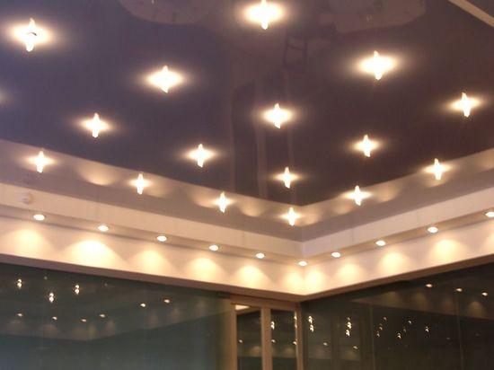 Установить освещение на натяжном потолке видео