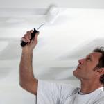 Способы как белить потолок водоэмульсионной краской